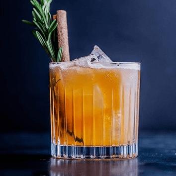 szklanka do whisky z drinkiem