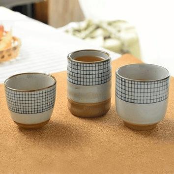 biało-niebieskie kubki na herbatę w stylu japońskim