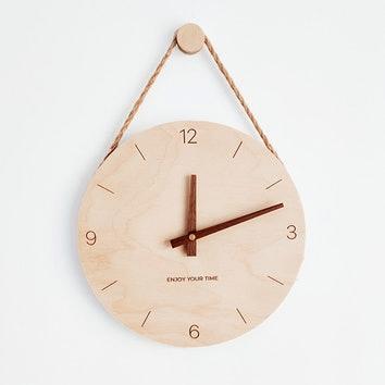 Drewniany zegar na ścianie